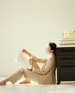 Motivação no trabalho implica em mulher sorrindo